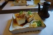 お寿司を待ちながら冷奴頼んでみました。