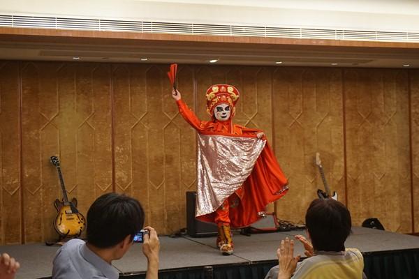 一瞬にして顔の仮面が変わる 四川の伝統芸『変顔』ですね!!