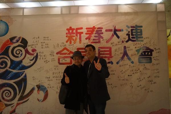 最後、サインの前で記念写真を撮りましょう。県人会事務局の事務局長と矢沢さんです*(^o^)/*